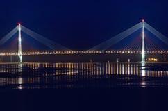 Noc widok dla mosta Russky wyspa w Vladivostok Zdjęcia Royalty Free