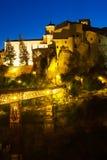 Noc widok domy na skałach w Cuenca Obraz Stock