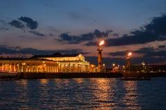 Noc widok dziobowe kolumny, Wekslowy budynek, Neva od pałac bulwaru petersburg Rosji st Obraz Stock