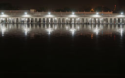 Noc widok galeria świątynia Gurudwara Bangla sahib Zdjęcie Stock