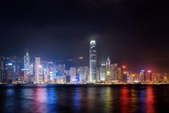 Noc widok Hong Kong wyspy linia horyzontu przez Wiktoria schronienie Zdjęcia Royalty Free