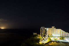 Noc widok Hotelowy Nikko Guam z piękną Tumon zatoką Fotografia Royalty Free
