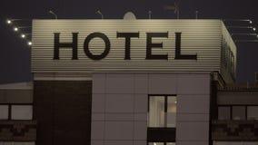 Noc widok hotelowy sztandar w ulicie zbiory wideo