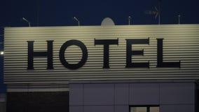 Noc widok hotelowy sztandar w ulicie zdjęcie wideo