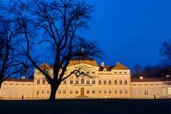 Noc widok iluminująca elewacja barokowy historyczny pałac zdjęcie stock