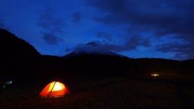 Noc widok iluminujący campingowy namiot lokalizować w Cotopaxi parku narodowym Obraz Stock