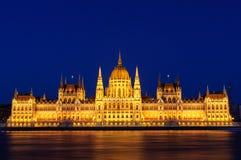 Noc widok iluminujący budynek hungarian parlament w Budapest Obrazy Stock