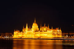 Noc widok iluminujący budynek hungarian parlament w Budapest Zdjęcie Stock
