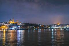 Noc widok Istanbuł pejzażu miejskiego Suleymaniye Rustem Pasha Meczetowy meczet z unosić się turystyczne łodzie w Bosphorus, Ista obrazy royalty free