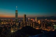 Noc widok Jaskrawy Zaświecający Cityline Taipei, Tajwan fotografia royalty free