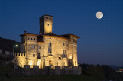 Noc widok kasztel Savorgnan i księżyc w Artegna Fotografia Stock