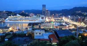 Noc widok Keelung | A schronienia ruchliwie miasto w północnym Tajwan fotografia stock