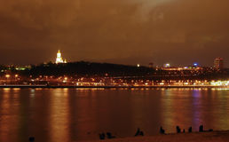 Noc widok Kijów Lavra monasteru kompleks od lewego banka Dniper rzeka obraz stock