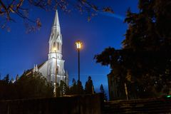 Noc widok kościół w Zrenjanin, Serbia Zdjęcie Stock