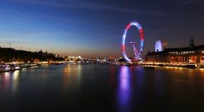 Noc widok Londyńska linia horyzontu, Londyńska oko teraźniejszość Fotografia Stock