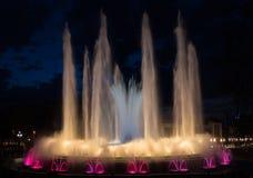 Noc widok magiczny Montjuic fontanny przedstawienie w Barcelona zdjęcia royalty free