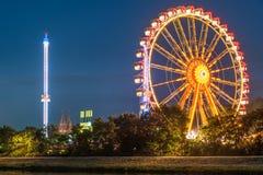 Noc widok Maidult z Ferris toczy wewnątrz Regensburg, Niemcy zdjęcia stock
