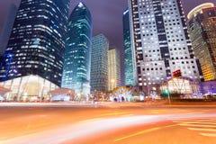 Noc widok miasto droga z nowożytnymi budynkami w Shanghai Fotografia Royalty Free