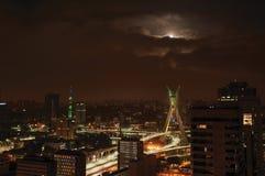 Noc widok miasto linia horyzontu z mostem, budynki pod chmurnym i księżyc w pełni w mieście São Paulo obrazy stock