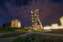 Noc widok mineshaft w Katowickim mieście Polska obrazy stock
