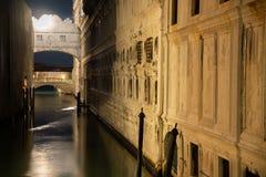 Noc widok most westchnienia Wenecja, Włochy fotografia royalty free