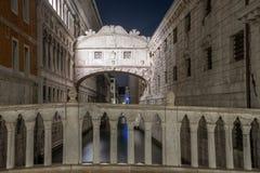 Noc widok most westchnienia Wenecja, Włochy obraz stock