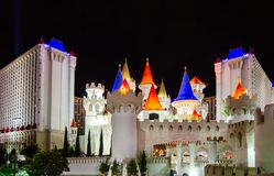 Noc widok na Excalibur kasynie i hotelu - luksusowy hotel i kasyno na Las Vegas Obdzieramy zdjęcie royalty free