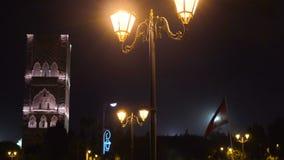 Noc widok na Hassan wierza od kwadrata z lampionami i flagami w Rabat, Maroko Niedoko?czony meczetowy minaret zdjęcie wideo