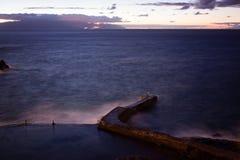 Noc widok na linii brzegowej i oceanie Fotografia Royalty Free