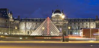 Noc widok na louvre w Paryż Obraz Stock