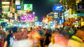 Noc widok na ruchliwie Khao San drodze w Bangkok fotografia royalty free