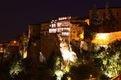 Noc widok na skalistym brzeg rzeki Jucar w Cuenca. Los Angeles Manca Zdjęcia Royalty Free