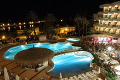 Noc widok nad hotelem i basenem Zdjęcia Royalty Free