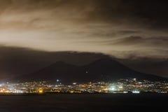Noc widok Naples z Vesuvius wulkanu sylwetką, Campania, Obrazy Stock