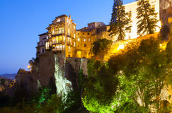Noc widok obwieszenie domy na skałach w Cuenca Zdjęcia Stock