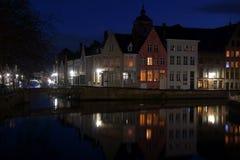 Noc widok odbicia z mostem w Bruges kanale Fotografia Royalty Free