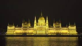 Noc widok odzwierciedlający w Danube rzece Węgierski parlament, Budapest zbiory