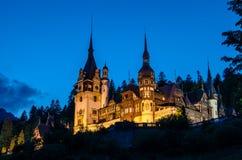 Noc widok Peles kasztel - Rumunia punkt zwrotny obrazy stock
