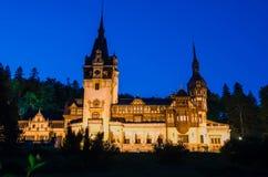 Noc widok Peles kasztel - Rumunia punkt zwrotny zdjęcia stock