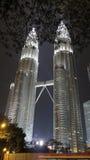 On noc widok Petronas bliźniacze wieże przy KLCC centrum miasta Zdjęcia Stock