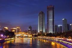 Noc widok piękny Anshun most nad Jinjiang rzeka i śródmieście Jiuyanqiao w błękitnej godzinie, Zdjęcia Stock