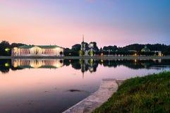 Noc widok przez stawu na kościół z dzwonkowy wierza w nieruchomości Kuskovo i pałac, Moskwa Zdjęcie Royalty Free