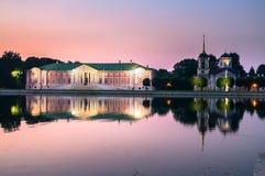 Noc widok przez stawu na kościół z dzwonkowy wierza w nieruchomości Kuskovo i pałac, Moskwa obraz royalty free