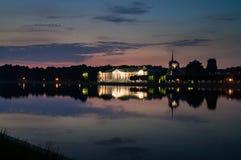 Noc widok przez stawu na pałac w nieruchomości Kuskovo, Moskwa Fotografia Stock