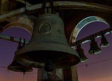 Noc widok przy księżyc w pełni dzwony przy katedry ` belf Zdjęcie Stock