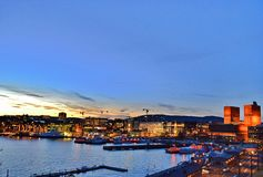 Noc widok przy Oslo urząd miasta, schronieniem i Oslo CIrt, - wiosna 2017 obrazy stock