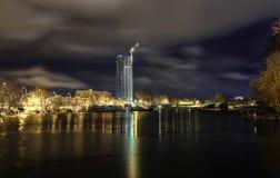 Noc widok przy Ryskim, Latvia z drapaczami chmur Zdjęcia Royalty Free