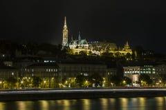 Noc widok rybaka Matthias i bastionu kościół na bankach Danube rzeka w Budapest Węgry zdjęcie stock