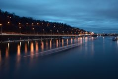 Noc widok rzeka w Praga Obrazy Royalty Free