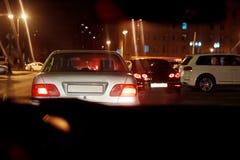 Noc widok samochody droga w mieście przy nocą z żółtym i czerwonym elektrycznym światłem dla samochodów podczas przychodzą hom zdjęcia royalty free